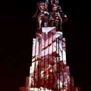 Световое шоу на монументе «Рабочий и Колхозница» фотографии