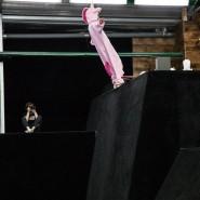 Прыжки на батутах под руководством опытного тренера в батутном клубе Yolo фотографии