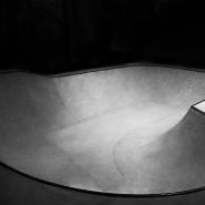 Открытие крытого бетонного скейтпарка фотографии