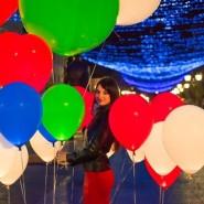 Массовый запуск светящихся шаров  фотографии