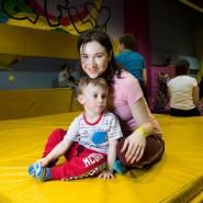 Воскресные занятия «Мама+малыш» в батутном центре Flip&Fly фотографии