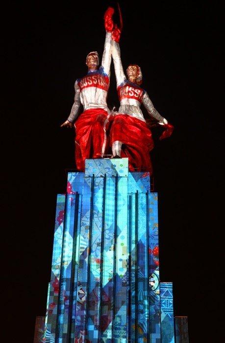 Световое шоу намонументе «Рабочий иКолхозница»