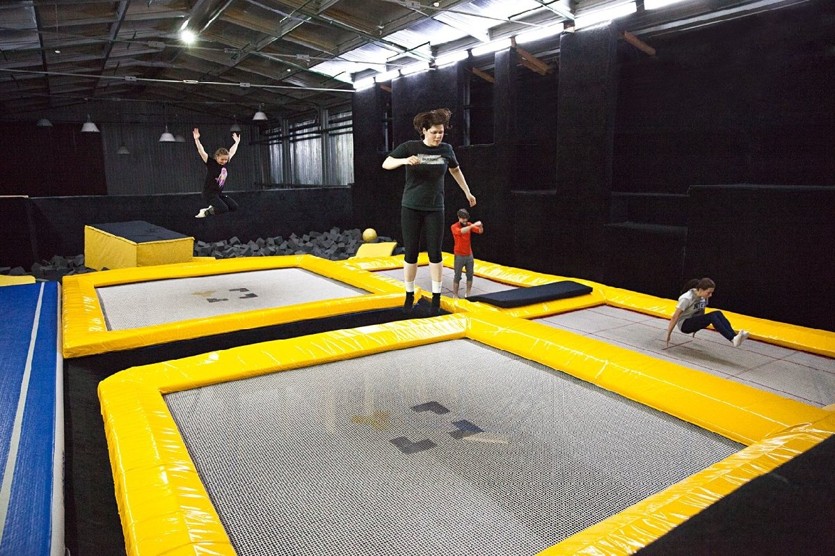 Занятия вбатутном клубе икрытом скейтпарке Yolo