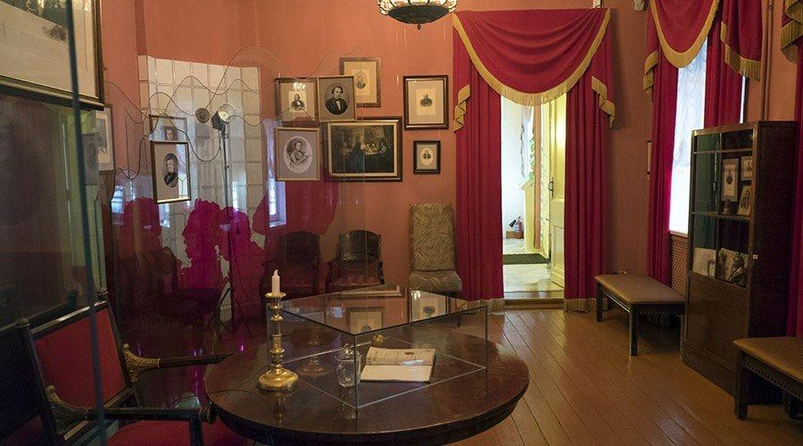 Дом Н.В. Гоголя— мемориальный музей инаучная библиотека
