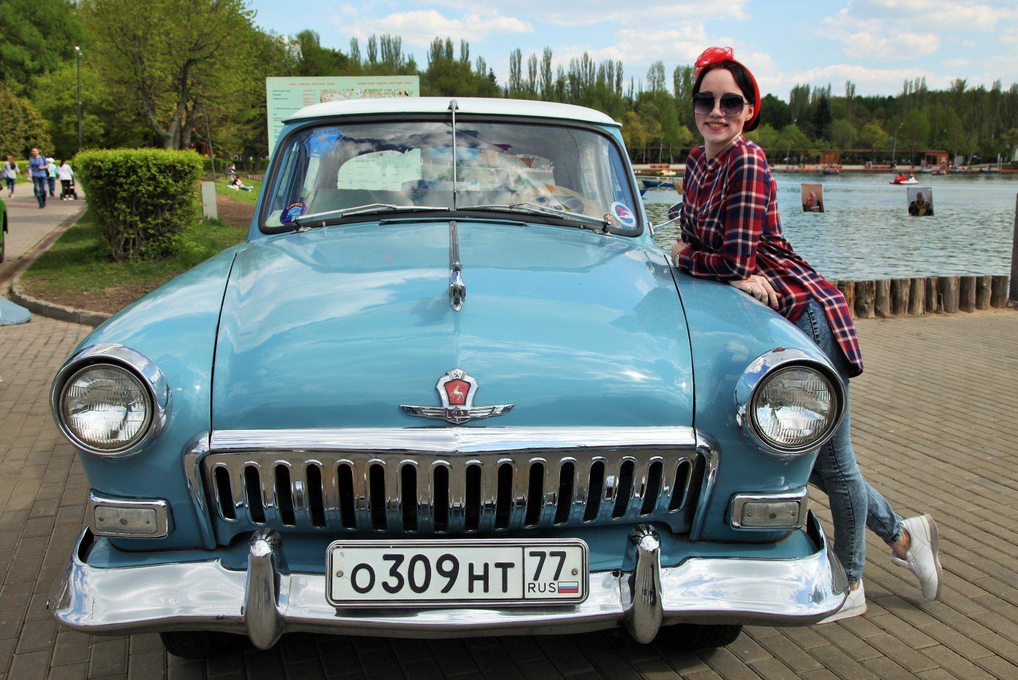 Выставка ретро-автомобилей вИзмайловском парке 2016