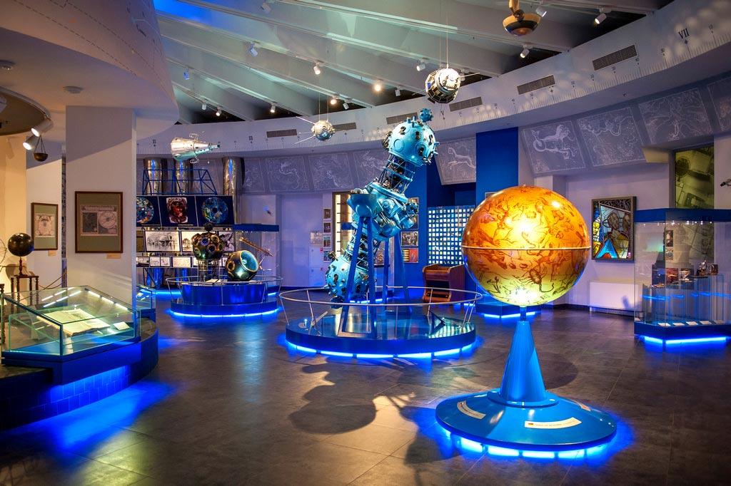 Выставка «Юбилейные даты космонавтики»