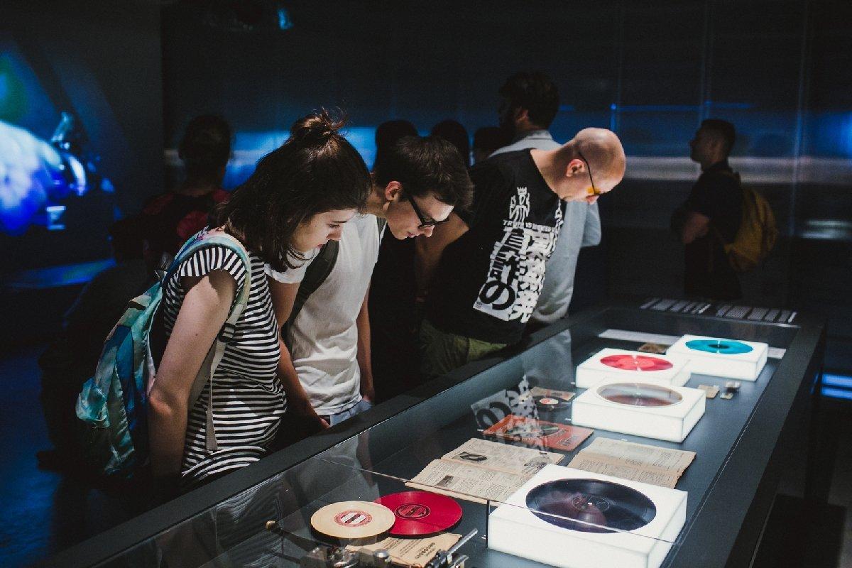 Выставка «Музыка накостях»